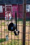 Rött skjul och staket med redskap royaltyfri fotografi
