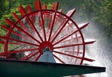 Rött skovelhjul på flodfartyget Royaltyfri Bild