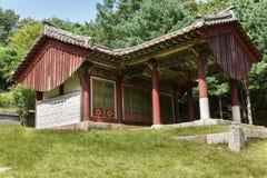 Rött skrivbordhus nära gravvalvet av konungen Kongmin Arkivfoton