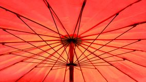 Rött slags solskyddparaply Arkivbild
