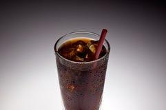 rött sodavattensugrör för klar glass is Royaltyfri Bild