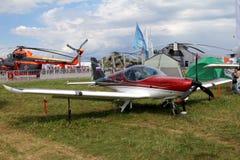 Rött sportflygplan av det tjeckiska företaget BRM Aero Bristell på th Fotografering för Bildbyråer