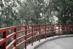 Rött staket på parkera Royaltyfri Fotografi