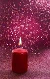 Rött stearinljus Röda blänka julljus Suddiga abstrakta lodisar Arkivbilder