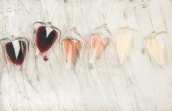 Rött, steg vitt vin i exponeringsglas och korkskruv, kopieringsutrymme arkivfoton