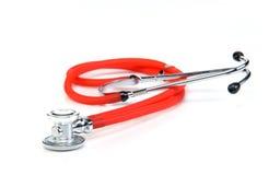 Rött stetoskop som isoleras på vit bakgrund Royaltyfri Foto