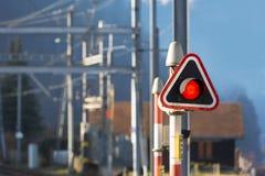Rött stoppljus på drevstationen arkivfoto