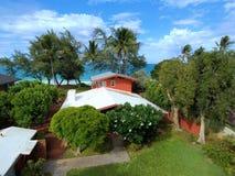 Rött strandhus i Waimanalo på en härlig dag Royaltyfri Fotografi