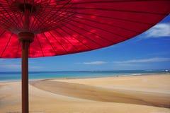 Rött strandparaply. Arkivfoton