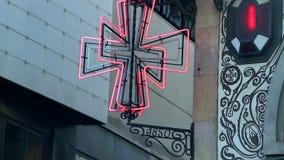 Rött symbol för neonkorsapotek stock video