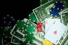 Rött tärnar pengarchiper och spelakort arkivbild