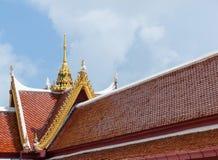 Rött tak av den thai templet med gaveltoppen, buddhism, kopieringsutrymme royaltyfri foto