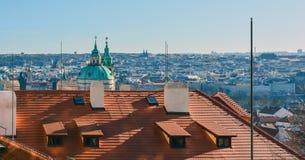 Rött tak av Prague, Tjeckien royaltyfri fotografi