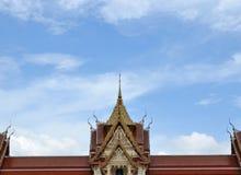 Rött tak för tempel och blå himmel Royaltyfri Bild