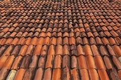Rött tak, härlig textur för modell Skydd för hus royaltyfria bilder
