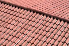 Rött tak och röda tegelplattor Royaltyfria Bilder