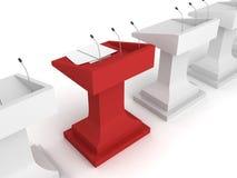 Rött talarstolpodium med mikrofonen i den vita raden Arkivbild