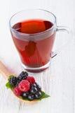 Rött te för frukt med lösa bär i träsked Royaltyfria Bilder