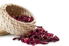 Rött te i den vide- korgen som isoleras på vit bakgrund Royaltyfri Bild