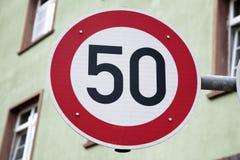 Rött tecken för femtio hastighet Arkivfoton