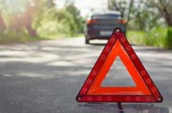 Rött tecken för nöd- stopp för triangelbil fotografering för bildbyråer