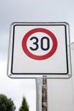 Rött tecken för trettio hastighet Fotografering för Bildbyråer