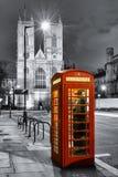Rött telefonbås framme av den Westminster abbotskloster Royaltyfria Foton