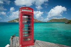 Rött telefonbås i Britishen Virgin Islands Arkivbilder
