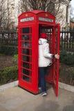 Rött telefonbås, London. Arkivfoton