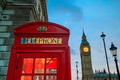 Rött telefonbås och Big Ben Arkivfoto