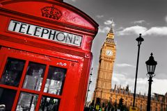 Rött telefonbås och Big Ben i London Royaltyfria Foton