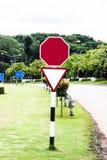 Rött tomt bräde för gatatecken på vägsidan royaltyfri foto