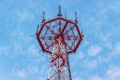 Rött torn för telekommunikation med antenner arkivbild