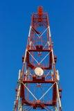Rött torn för telekommunikation med antenner royaltyfria bilder