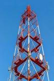 Rött torn för telekommunikation med antenner arkivbilder