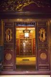 rött trä för dörr hanoi vietnam Arkivfoto