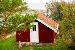Rött trädgårds- hus nära fjorden Kragero, Portor Royaltyfria Foton
