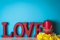 Rött träord Förälskelse Stearinljus med gula blommor Arkivfoton