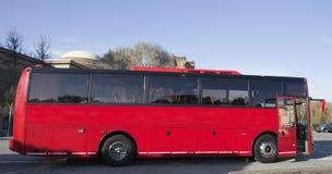 Rött turnera charterbussen Royaltyfri Bild