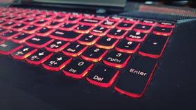 Rött upplyst anteckningsboktangentbord arkivbilder