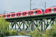 Rött uttryckligt drev på järnvägsbron i Essen Kettwig arkivbild