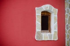 rött väggfönster Fotografering för Bildbyråer