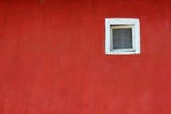 rött väggwhitefönster Royaltyfri Bild