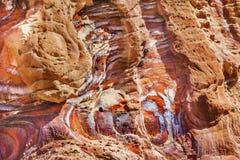 Rött vagga abstrakta near kungliga gravvalv Petra Jordan Arkivfoton