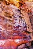 Rött vagga abstrakta near kungliga gravvalv Petra Jordan Arkivfoto