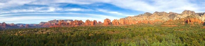 Rött vagga och göra grön ökenSedona Arizona vitt det panorama- landskapet arkivfoto