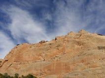 Rött vagga väggar med blå himmel Fönstret vaggar slingan, Arizona Arkivfoton