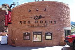 Rött vaggar museumingången till det underjordiska museet royaltyfri fotografi
