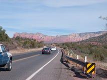 Rött vaggar nära Sedona Arizona med biltrafik Royaltyfri Foto