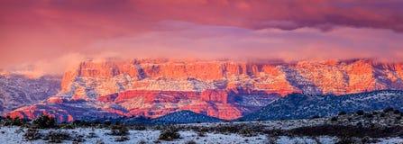 Rött vaggar panorama på solnedgången Arkivbild